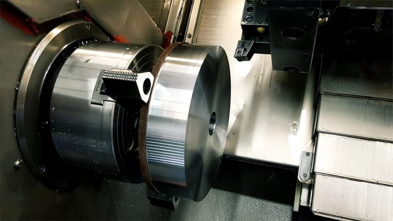 CNC Drehmaschine mit gespanntem Werkstück und Werkzeug