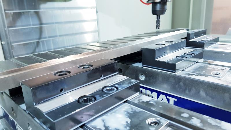 CNC Fräsmaschine mit gespanntem Werkstück und Fräswerkzeug